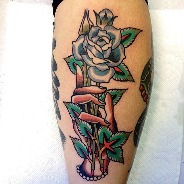 Tatuaje rosa azul en el brazo