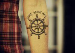 Tatuaje timón de barco