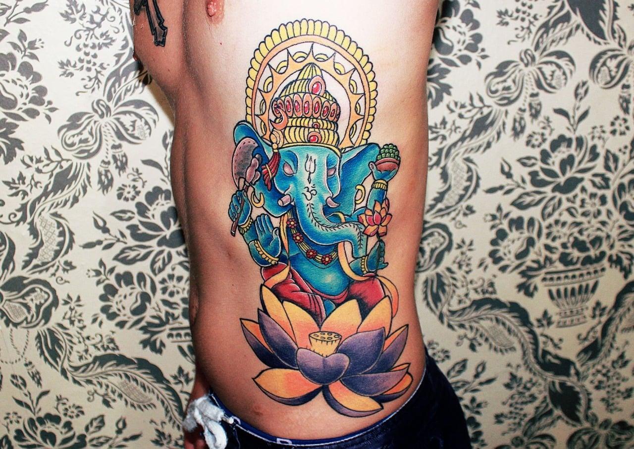 Tatuaje de Ganesha en el costado