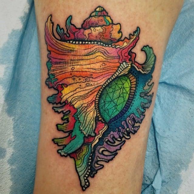 Tatuaje concha marina de colores