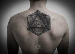 Tatuaje de D20 en la espalda