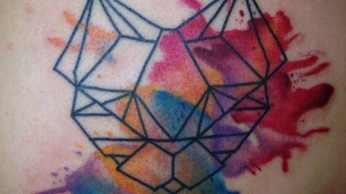 Tatuaje de mujer vomitando corazones