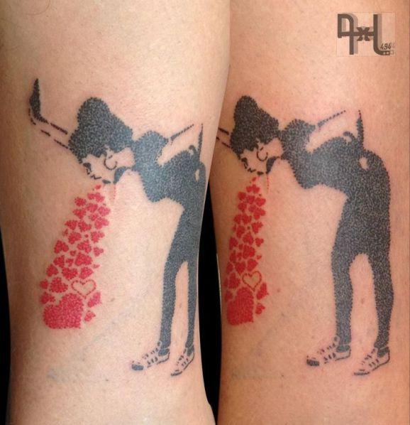 Tatuaje mujer vomitando corazones