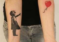 Tatuaje niña del globo en el antebrazo