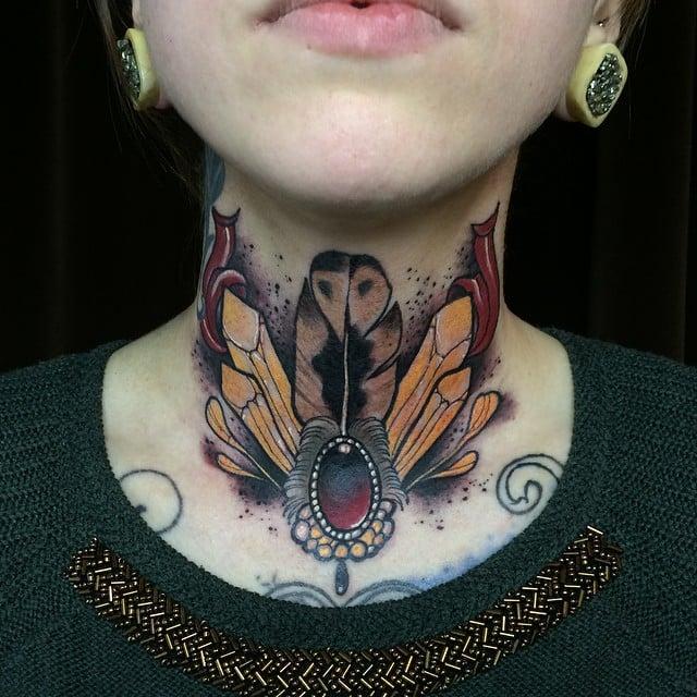 Tatuaje pluma y cristales