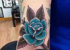 Tatuaje rosa de color azul