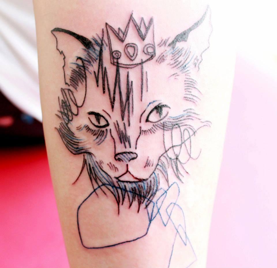 Tatuaje de gato con corona