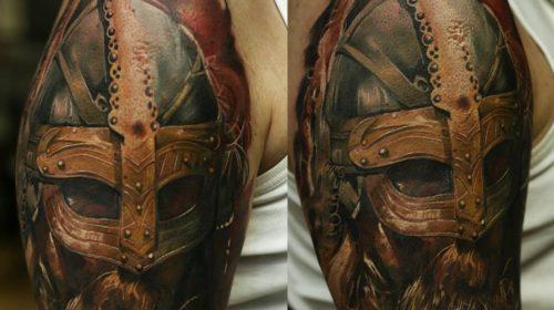 Tatuaje de cocodrilo en el brazo