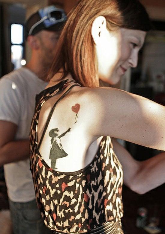 Tatuaje niña del globo rojo