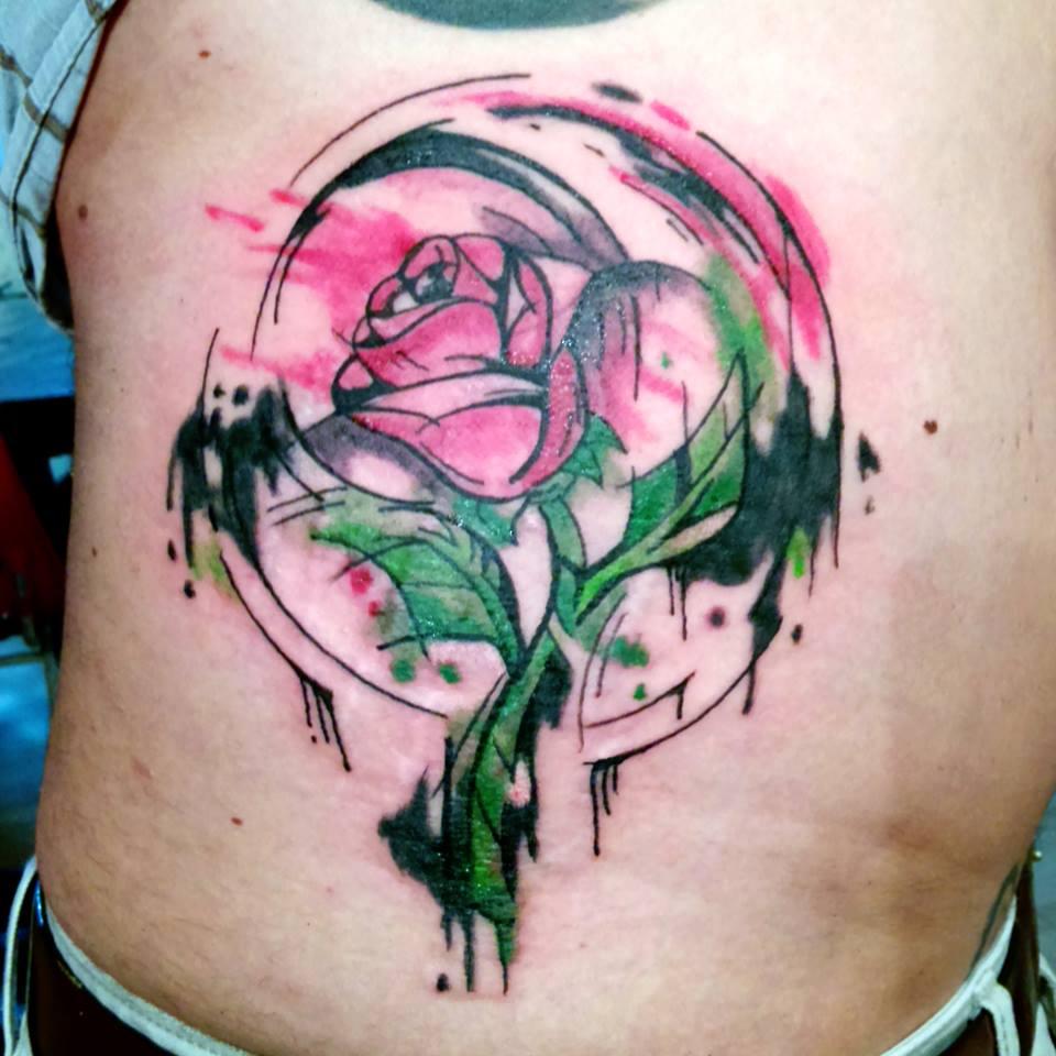 Tatuaje rosa en la espalda
