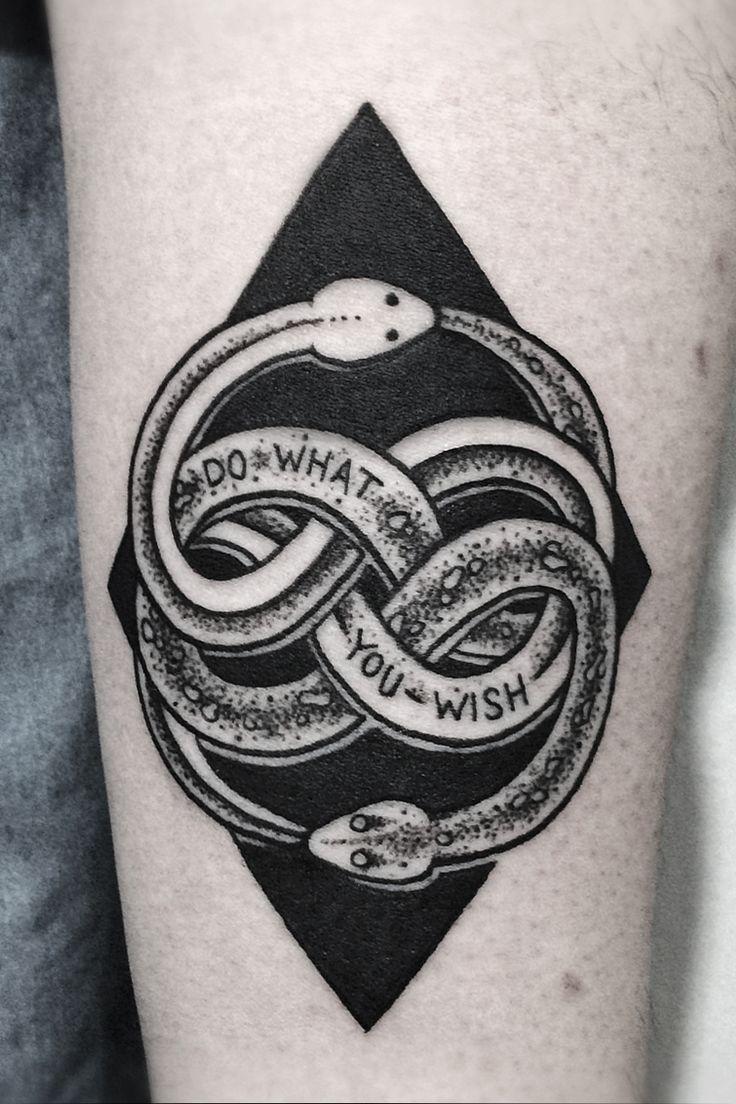 Tatuaje serpientes mordiendose las colas
