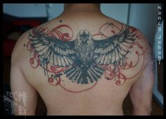 Tatuaje águila en la espalda