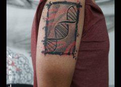 Tatuaje cadena de ADN