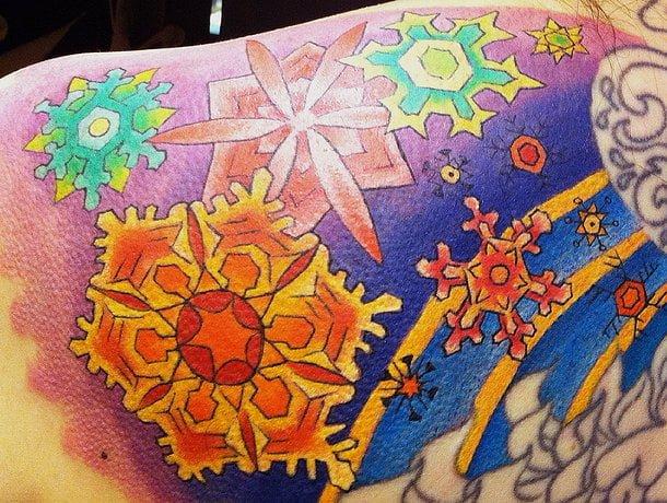 Tatuaje copos de nieve de colores