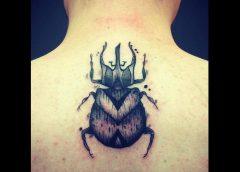 Tatuaje escarabajo en la espalda
