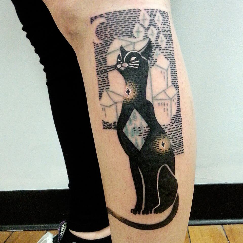 Tatuaje gato negro en la pierna