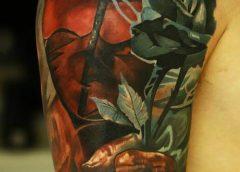 Tatuaje humanoide con flores