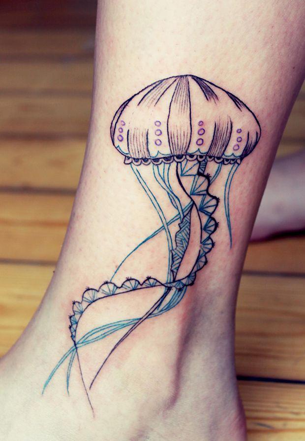 Tatuaje medusa en la pierna