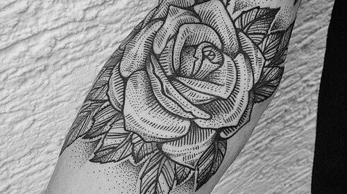 Tatuaje de rostro humano en el brazo