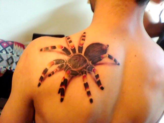 Tatuaje tarántula en la espalda