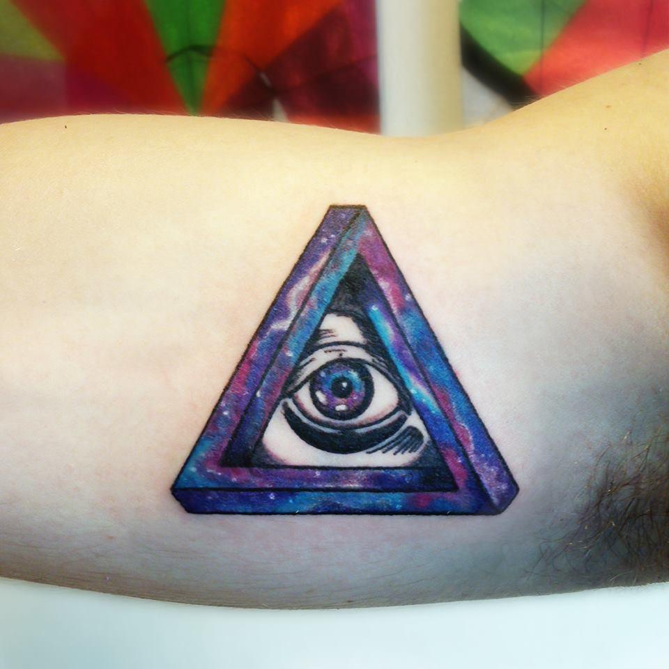 Tatuaje triángulo en el brazo