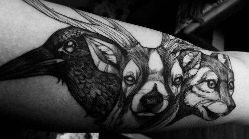 Tatuaje de pájaro blanco y negro