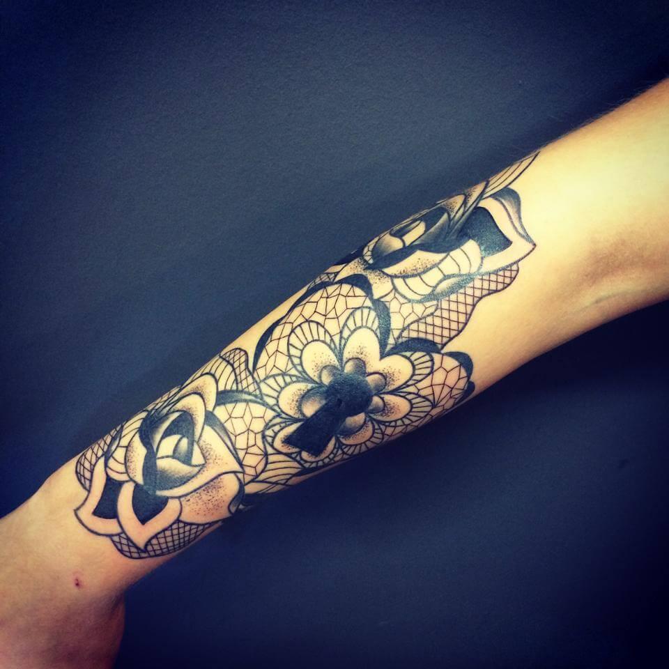 Tatuaje de rosas y corazón