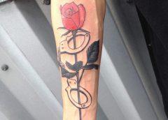 Tatuaje esposas en el brazo