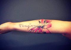 Tatuaje flor rosa y negra