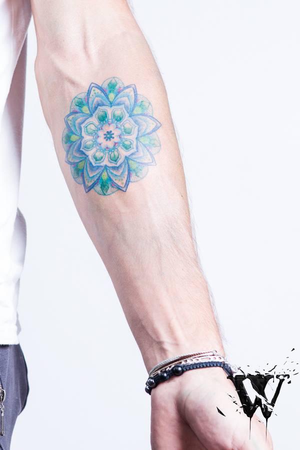 Tatuaje flor verde y azul