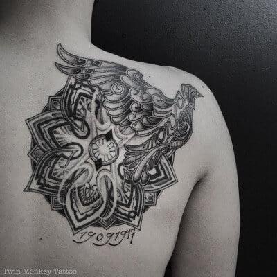 Tatuaje mándala en la espalda