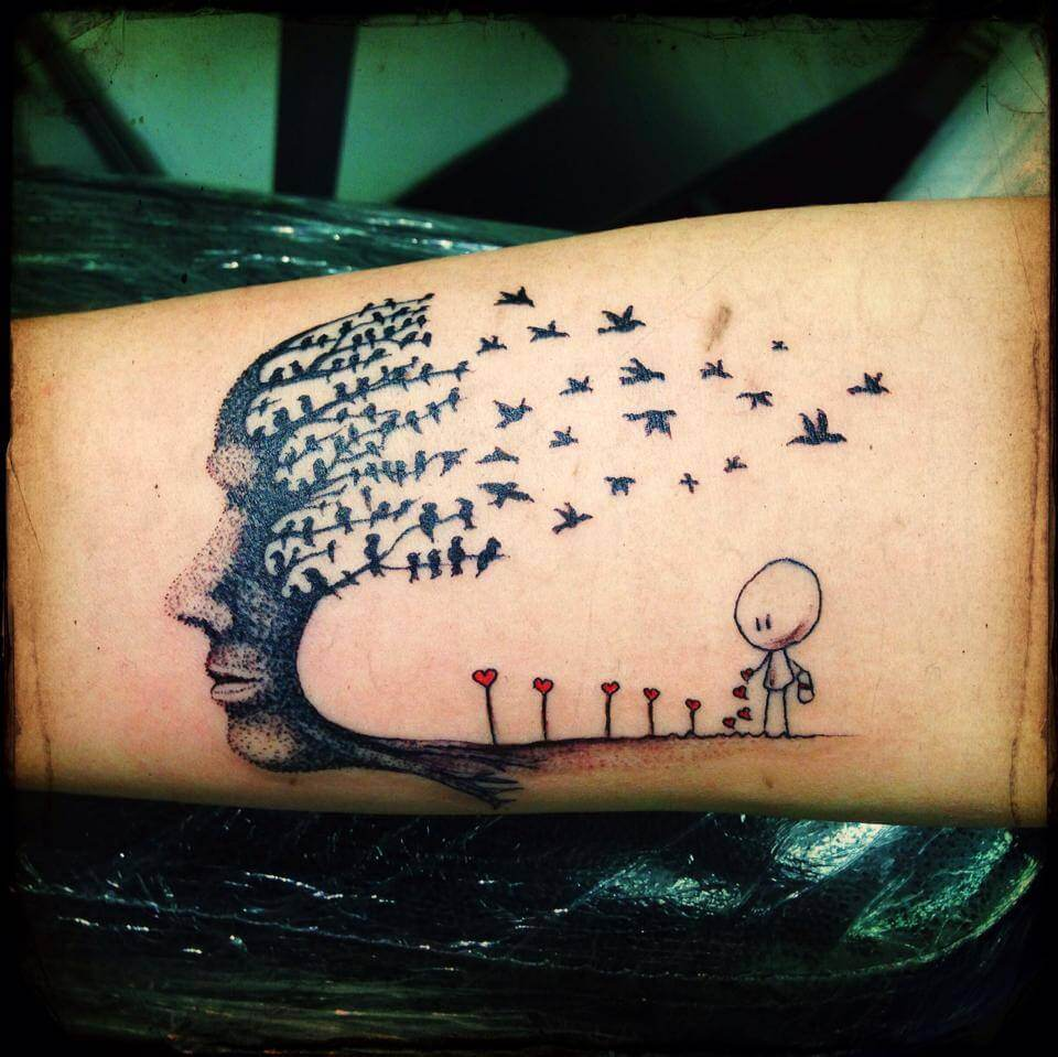 Tatuaje niño sembrando corazones