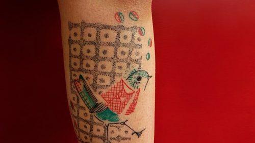 Tatuaje de esposas en el brazo