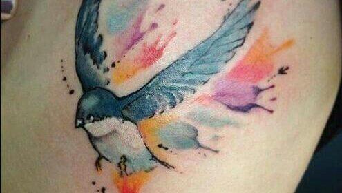 Tatuaje pájaro efecto acuarela