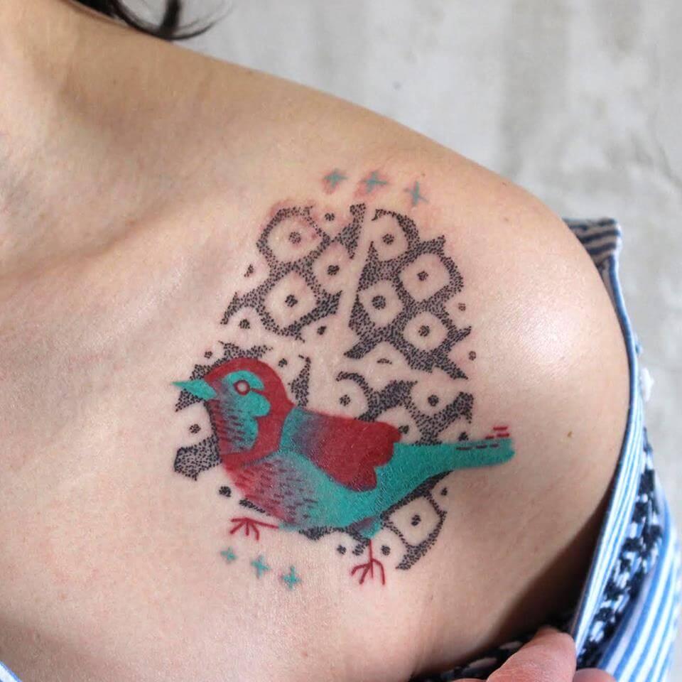 Tatuaje pájaro verde y rojo