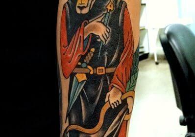 Tatuaje de mariposa negra en el antebrazo