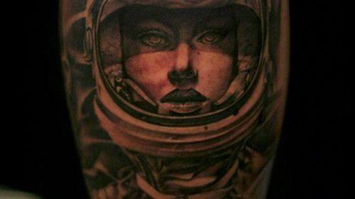 Tatuaje de perezoso en el brazo