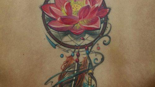 Tatuaje atrapasueños en la espalda
