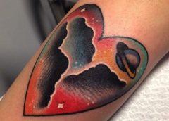 Tatuaje corazón espacial