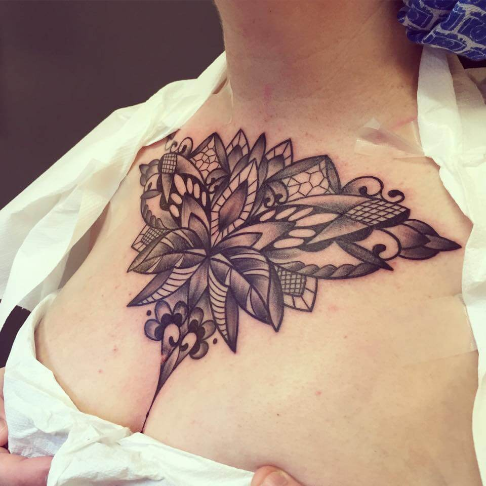 Tatuaje floral en el pecho