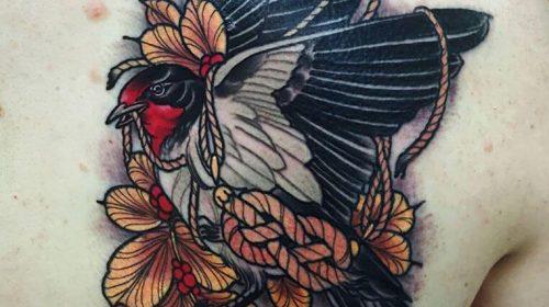 Tatuaje de triángulo floral