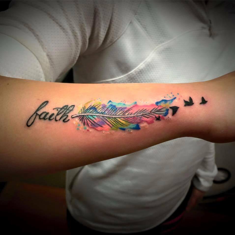 Tatuaje de pluma de colores en el brazo