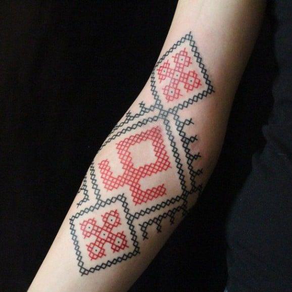 Tatuaje punto de cruz geométrico