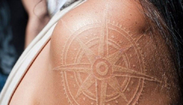 Tatuaje tinta blanca brújula