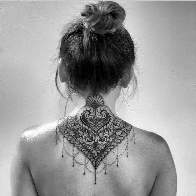 Tatuaje vegetal en la espalda