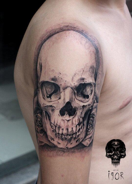 Tatuaje calavera con rosas