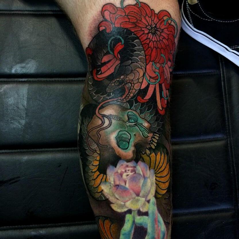 Tatuaje serpiente con flores