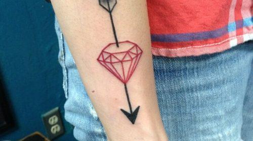 tatuaje diamante y flecha